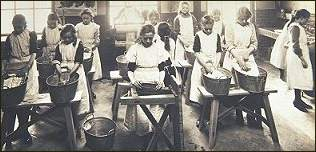 Photo of washing class at Tennyson Street Laundry Centre, Clapham [image copyright The Women's Library, London Metropolitan University]